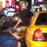 """30. Juli 2013: Musikerin Rita Ora steht am Times Square für """"DKNY"""" vor der Kamera."""