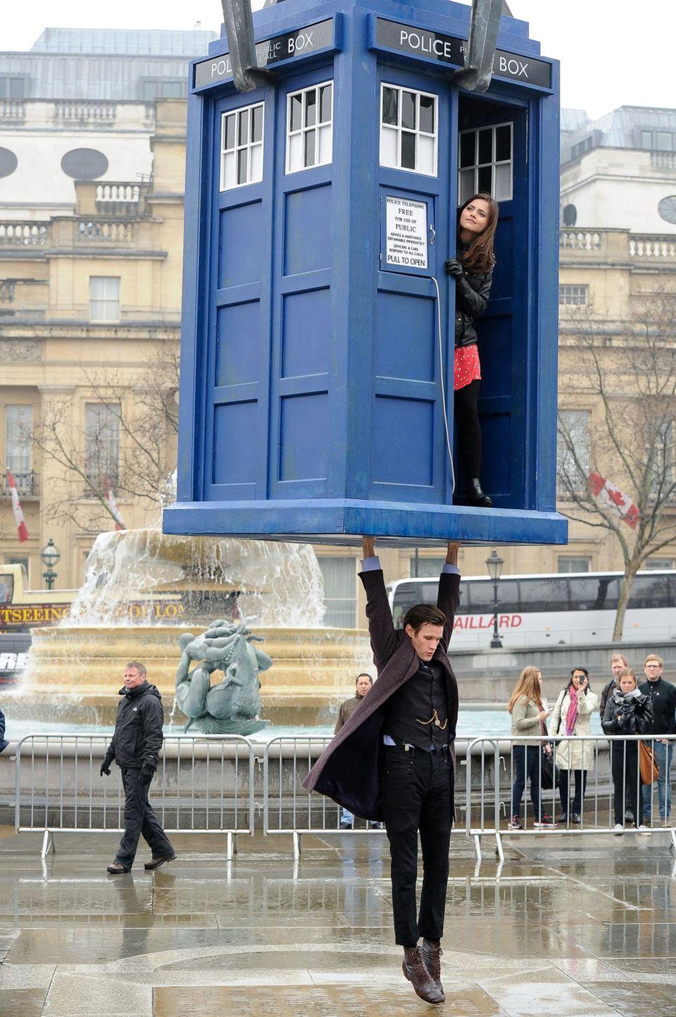 """9. April 2013: Matt Smith und Jenna Colemann gehen für """"Doctor Who"""" am Londoner Trafalgar Square in die Luft."""