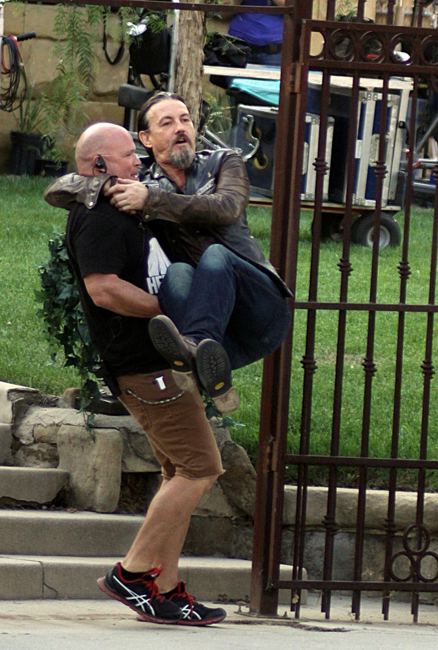 """10. September 2013: Ein bisschen Spaß muss sein: Tommy Flanagan wird am Set von """"Sons of Anarchy"""" von einem Crew-Mitglied getragen."""