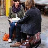 """26. Juni 20013: In Brooklyn dreht Anne Hathaway eine Szene des Films """"Song One""""."""