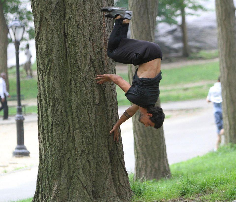 """18. Juni 2013: Dieses Bild steht nicht auf dem Kopf: Für den Film """"Tracers"""" zeigt Taylor Lautner am Set seine Fähigkeiten im Parkour, einer Sportart, bei der man sich durch laufen, klettern, springen oder schwingen durch die Umgebung bewegt."""