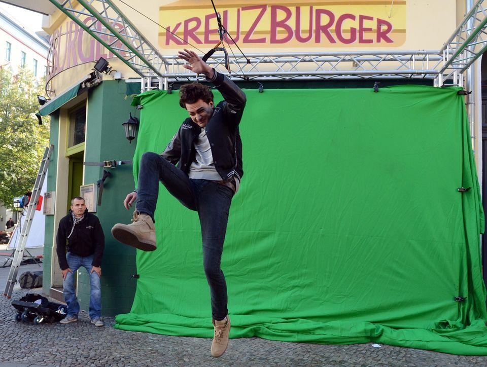 """28. September 2013: Jimi Blue Ochsenknecht fliegt in Berlin am Set zu """"No Loverboy"""" durch die Luft. Der Spot des Gemeinnützigen Vereins """"Weißer Ring"""" soll auf die Problematik der sogenannten """"Loverboys"""" aufmerksam machen, einer Form der Zwangsprostitution, in der oft noch minderjährige Mädchen durch das vortäuschen von Liebe systematisch in die Prostitution hineingeführt und abhängig gemacht werden."""