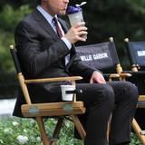"""27. August 2013: Matt Bomer gönnt sich am """"White Collar""""-Set eine kleine Drehpause."""
