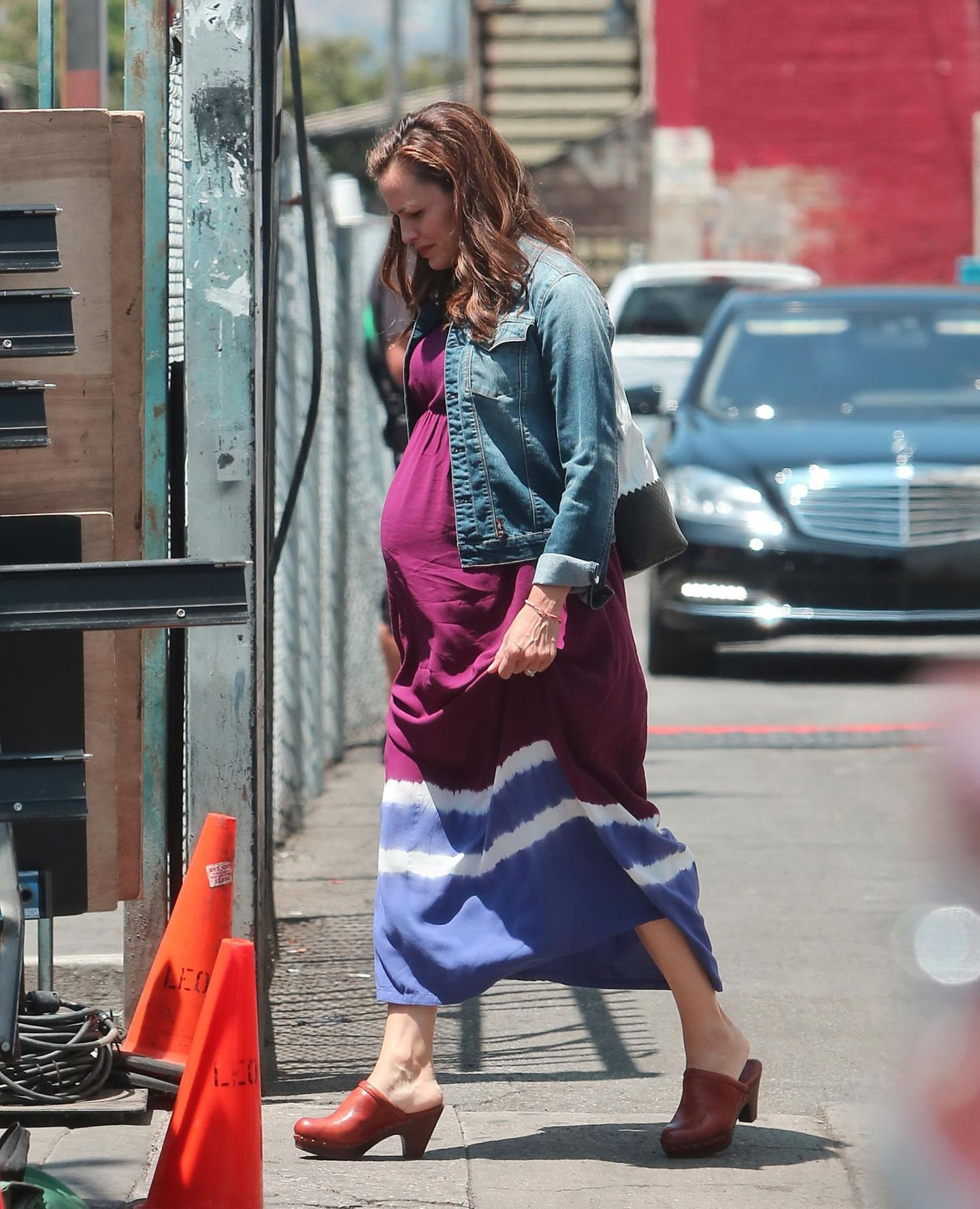"""29. Juli 2013: Mit Babybauch sieht man Jennifer Garner bei Dreharbeiten zu dem Film """"Imagine"""" in Los Angeles."""