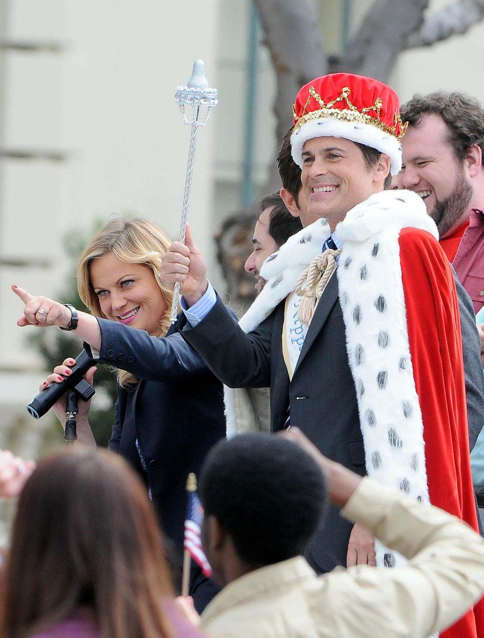 """6. März 2013: Amy Poehler und Rob Lowe stehen zusammen für die Serie """"The Park and Recreation"""" in Pasadena vor der Kamera."""