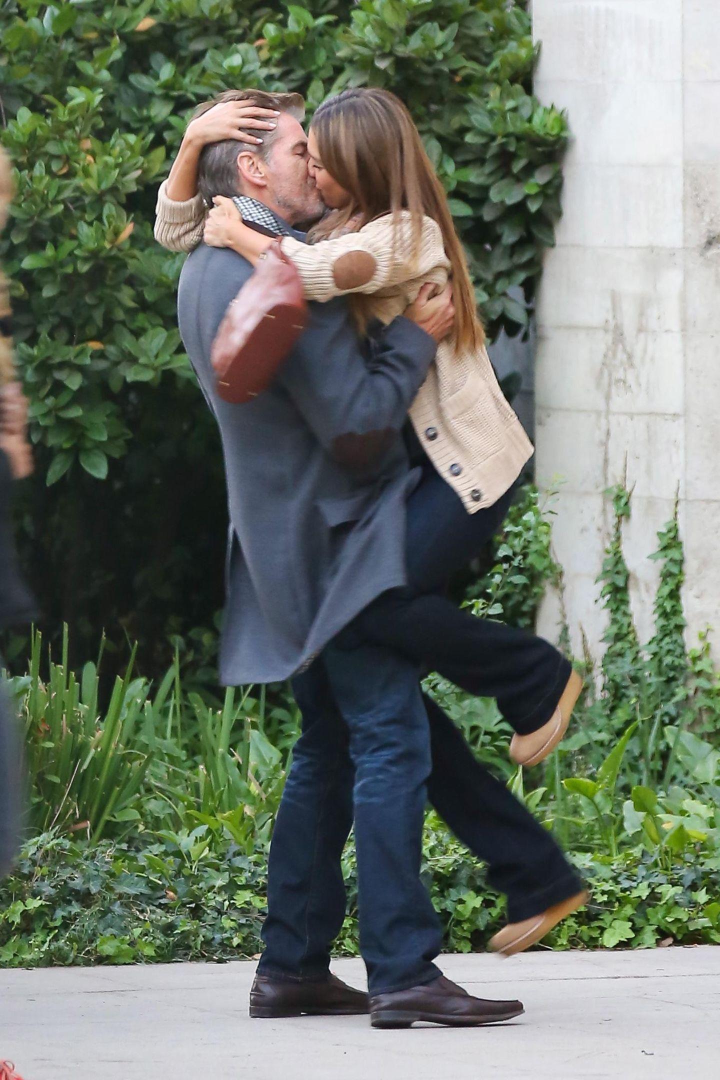 """30. Oktober 2013: Jessica Alba fällt Pierce Brosnan am Set von """"How to Make Love Like an Englishman"""" in Los Angeles um den Hals."""