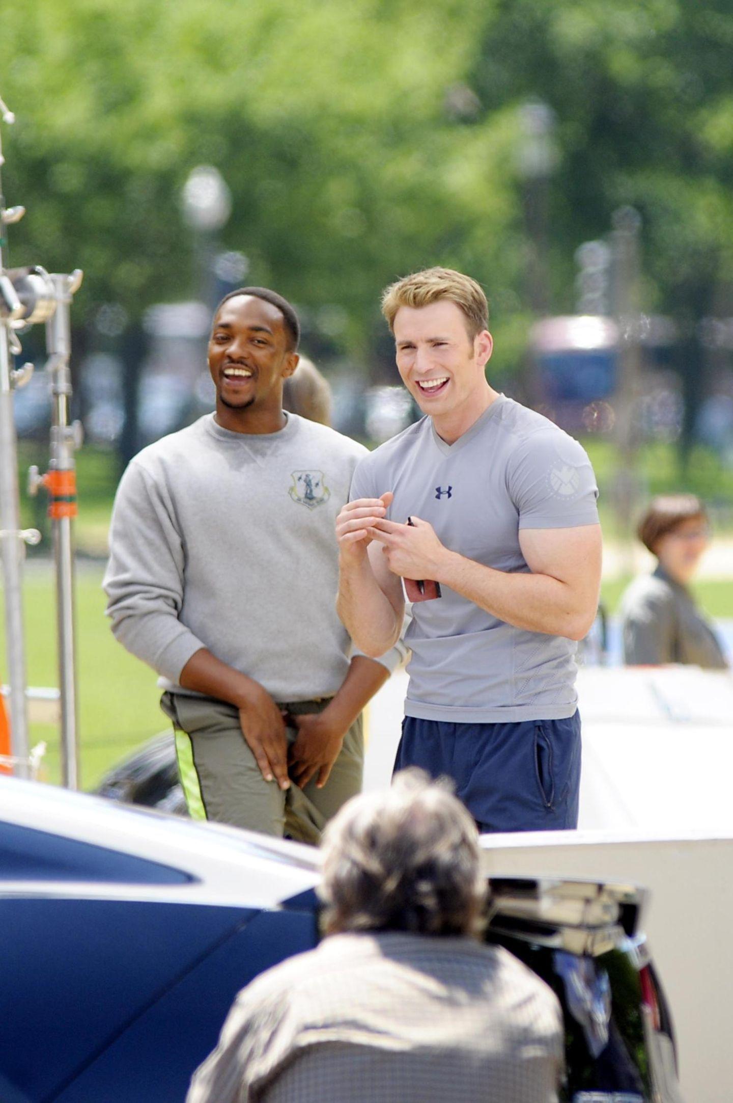 """14. Mai 2013: Anthony Mackie und Chris Evans drehen in Washington eine Szene für """"Captain America: The Winter Soldier""""."""