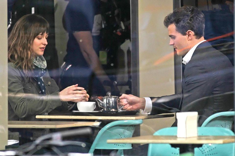 """1. Dezember 2013: Dakota Johnson und Jamie Dornan filmen """"Fifty Shades of Grey"""" in einem Café im GasTown District in Vancouver."""