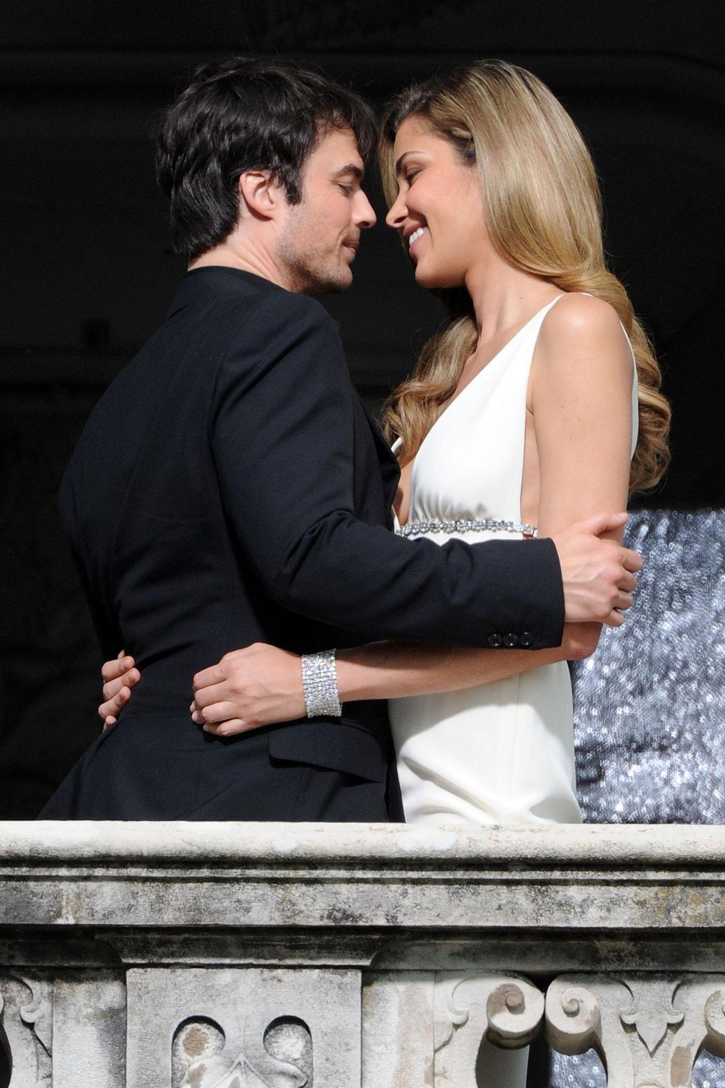 """3. Juli 2013: Erinnert an die Balkonszene aus """"Romeo und Julia"""": Ian Somerhalder und Ana Beatriz Barros drehen am Comer See einen Parfüm-Werbespot."""