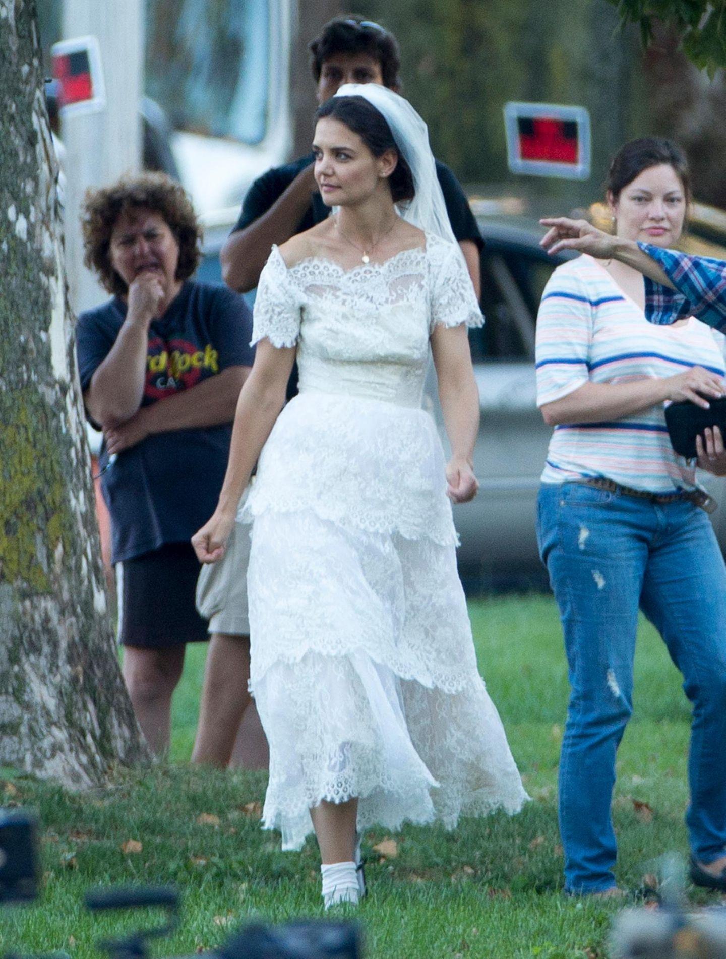 """23. August 2013: Im Film traut sie sich offenbar noch mal: Katie Holmes steht für """"Miss Meadows"""" in Cleveland im Brautkleid vor der Kamera."""