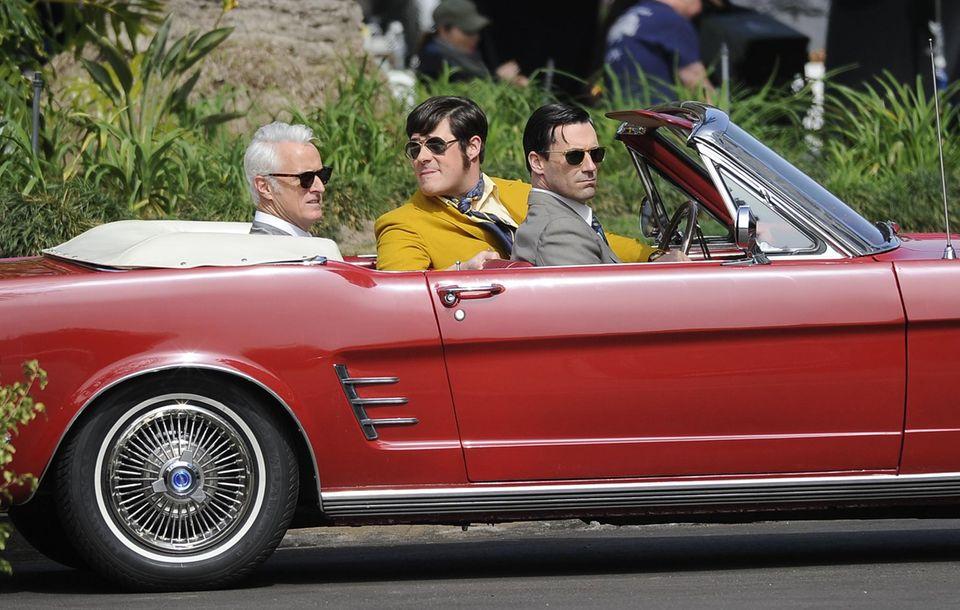 """5. März 2013: John Slattery und Jon Hamm machen eine Spritztour mit dem Cabrio am Set von """"Mad Men""""."""
