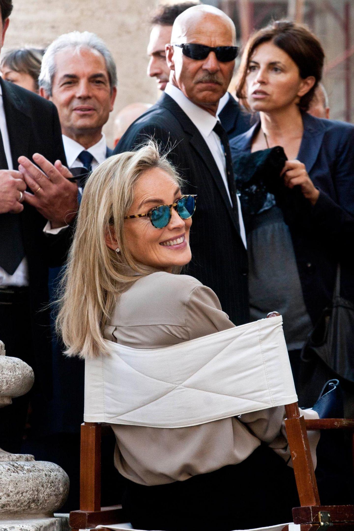 """18. Juli 2013: Sharon Stone wird am Set zu dem Film """"Un Ragazzo D'oro"""" bestens umsorgt."""
