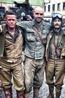 """13. Dezember 2013: Brad Pitt und Shia LaBeouf machen ein Gruppenfoto bei den Dreharbeiten zum Film """"Fury""""."""