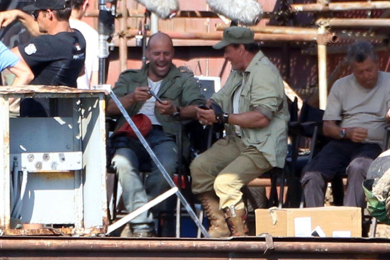 """21. August 2013: Jason Statham und Sylvester Stallone amüsieren sich am Set von """"The Expendables 3"""" prächtig."""