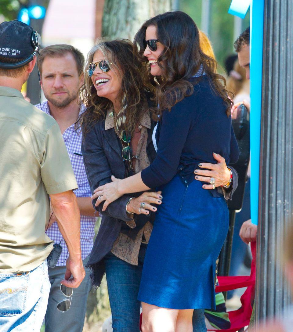 """8. Juli 2013: Steven Tyler und Liv Tyler stehen mit viel guter Laune gemeinsam für """"The Leftovers"""" in New York vor der Kamera."""