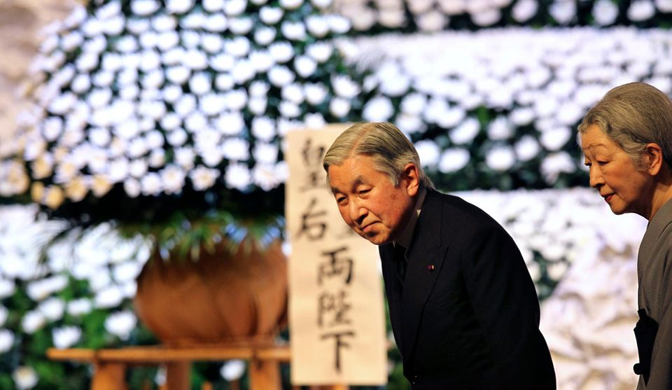 11. März 2013: Kaiser Akihito und seine Frau Michiko gedenken in Tokio der Opfer der Katastrophe von Fukushima von vor zwei Jahren.