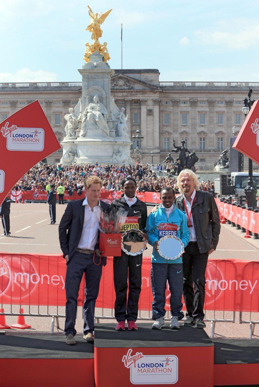 """21. April 2013: Prinz Harry ehrt gemeinsam mit Virgin-Chef Richard Branson die Gewinner des """"London Marathon 2013""""."""