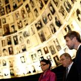 "30. Oktober 2013: Prinz Frederik steht in der Bilderkuppel in der ""Hall of Names"" des Holocaust History Museums in Jerusalem."