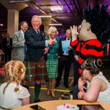 11. Juni 2013: Prinz Charles und Herzogin Camilla haben Spaß bei der offizillen Eröffnung der DC Thomson Druckerei inm schottischen Dundee.