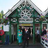 17. Juli 2013: Queen Elizabeth besucht die nordenglische Grafschaft Cumbria und kommt gut gelaunt am Bowness-on-Windermere Pier an.