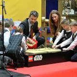 """10. Oktober 2013: Prinz Frederik von Dänemark nimmt sich während seines Besuchs der """"Dänischen Ausstellung"""" in Litauen Zeit für die Kleinen."""