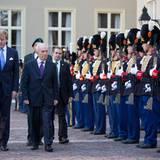 1. Oktober 2013: König Willem-Alexander schreitet mit Israels Präsident Shimon Peres die royale Garde am Königspalast in Den Haag entlang.