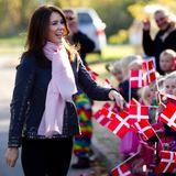 """3. Oktober 2013: Prinzessin Mary besucht im dänischen Holstebro erst die Kindertagesstätte """"Koglehuset"""" und danach das Musiktheater, wo sie Stipendien der Kinder-Herzstiftung an Forscher übergibt."""