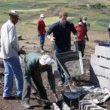 """14. Oktober 2013: Prinz Harry packt ordentlich mit an beim Legen des Fundaments für die """"Sentebale Mateanong Herd Boy""""-Schule seiner Stiftung in Lesotho."""