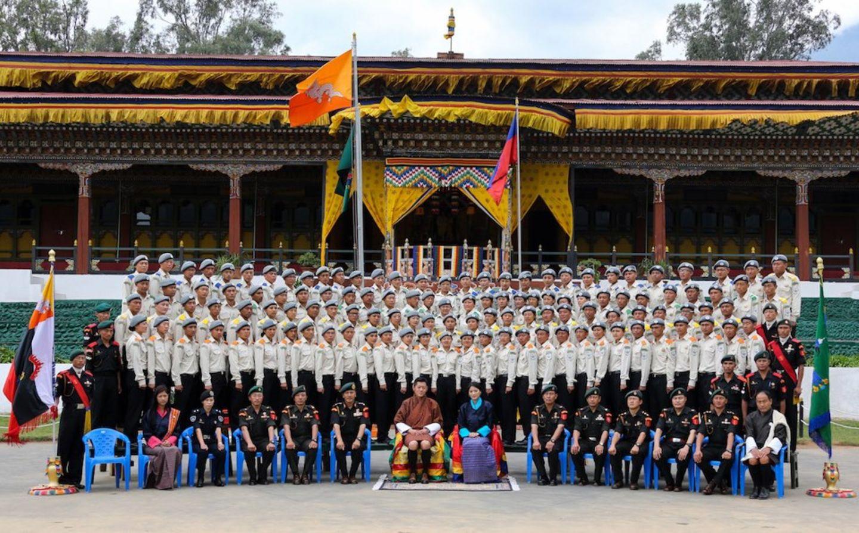 """15. Mai 2013: Der König und die Königin von Bhutan gewähren den Freiwilligen der Friedensorganisation """"DeSuung"""" eine Audienz."""