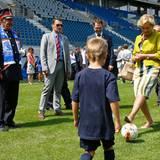 17. Juli 2013: Königin Paola kickt eine Runde im neuen Fußballstadion im belgischen Gent.