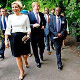 1. Juli 2013: Eigentlich dürfte es Königin Máxima nicht wundern, dass jeder ein Foto von ihr knipsen möchte. Wie hier beim Besuch des Königspaares im Oosterpark in Amsterdam anlässlich des Gedenkens an die Sklaverei-Vergangenheit der Niederlande. Sie wirkt trotzdem etwas überrascht.