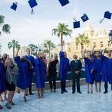 """19. Juni 2013: Fürstin Charlène übergibt den Absolventen der """"l'Ecole Internationale de Monaco"""" ihr Diplom."""