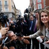 """3. Oktober 2013: Prinzessin Letizia verteilt auf der Spendenveranstaltung """"Fiesta de la Banderita"""" in Madrid Aufkleber vom Roten Kreuz an die Fotografen."""