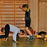 11. November 2013: Prinz Daniel von Schweden besucht eine Schule in Malmö und stellt im Sportunterricht seine Fitness unter Beweis.