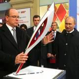 4. Oktober 2013: Fürst Albert stellt beim Besuch in Moskau die Olypmische Fackel im Beisein von Wladimir Putin auf.