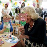 22. Juni 2013: Herzogin Camilla hält sich beim Besuch einer nordirischen Grundschule eine Bärenmaske vors Gesicht. Scheint sie zu amüsieren.