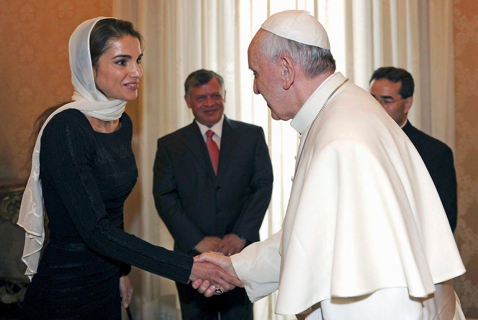 29. August 2013: Im Vatikan treffen Königin Rania und König Abdullah Papst Franziskus zu einer Privatausdienz.