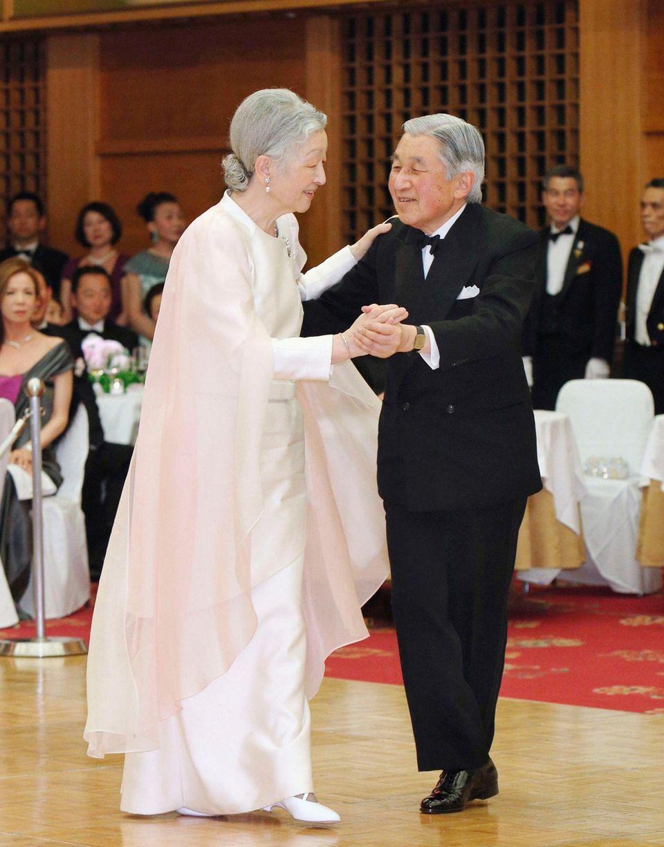 12. April 2013: Kaiser Akihito und Kaiserin Michiko legen auf einem Charity-Ball in Tokio ein flotte Sohle aufs Parkett.