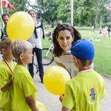 """14. Juni 2013: Prinzessin Mary feuert die Kleinen beim """"Staffellauf gegen Mobbing"""" des Mary Fonds in Kopenhagen an."""