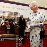 """11. Juli 2013: Queen Elizabeth freut sich, als ihr eine Miniaturfigur von Enkelin Zara Phillips auf dem Pferd während des """"Coronation Festivals"""" in London präsentiert wird."""