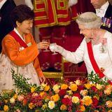 5. November 2013: Die Präsidentin von Südkorea Park Geun-hye und die Queen prosten sich beim Staatsbankett im Buckingham Palace in London zu.