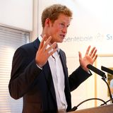 """25. Juli 2013: Prinz Harry eröffnet die Fotoausstellung seiner Stiftung """"Sentebale - Stories of Hope"""" in London."""
