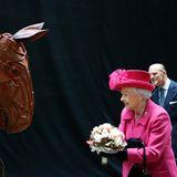 """22. Oktober 2013: Die Queen und Prinz Philip besuchen im Rahmen des 50-jährigen Jubiläums des National Theatres in London die Produktion """"War Horse""""."""