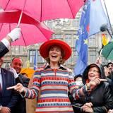 """6. November 2013: Königin Mathilde freut sich über die Begrüßung beim """"Joyous Entry"""" in Brüssel."""