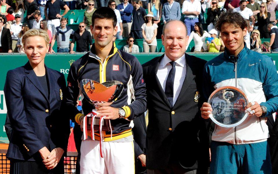 """21. April 2013: Fürstin Charlène und Fürst Albert ehren die Tennisprofis Novak Djokovic und Rafael Nadal, die im Finale der """"Monte Carlo Masters"""" aufeinander getroffen sind. Der Serbe hat den Spanier in zwei Sätzen besiegt."""