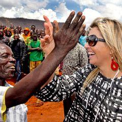 13. Dezember 2013: Königin Máxima trifft lokale Farmer auf ihrer Reise durch Tansania.