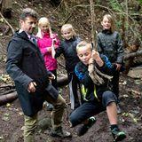 """2.September 2013: Prinz Frederik ist im Rahmen des """"Nature Day"""" mit Schülern der Kulsbjerg Schule im Wald unterwegs. Gemeinsam mit dem Thronfolger hangeln, klettern und balancieren die Kinder im Gelände."""