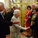 """23. Oktober 2013: Nach der Taufe ihres Urenkels Prinz George empfängt Queen Elizabeth im Rahmen des """"Jubilee Trust"""" am Abend Gäste im Buckingham Palast."""