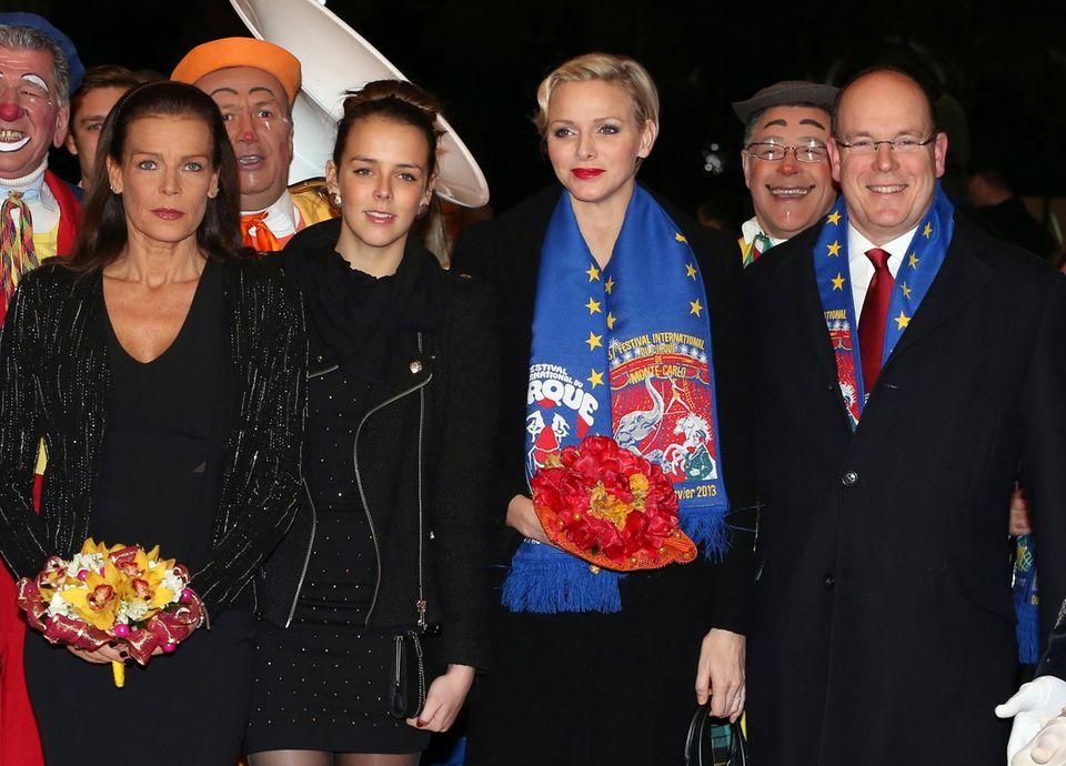 """22. Januar 2013: Prinzessin Stéphanie, ihre Tochter Pauline Ducruet, Fürstin Charlène und Fürst Albert besuchen die Gala des """"37th International Circus Festival of Monte Carlo"""" in Monaco."""
