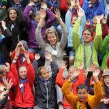 """3. Juli 2013: Prinzessin Mathilde von Belgien hat bei ihrem Besuch des Ferienlagers """"Puur avontuur"""" jede Menge Spaß."""